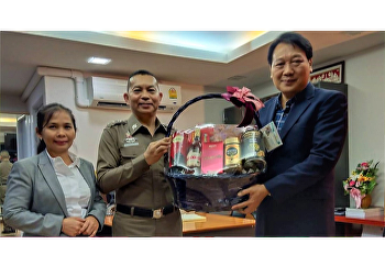 Dr. Pimchana Sriboonyaponrat, lecturer from Public and Private Administration Program, together with Police Colonel Dr. Nitiphat Kittirakkul, Deputy Commander of Criminal Records Division from Police Forensics Office